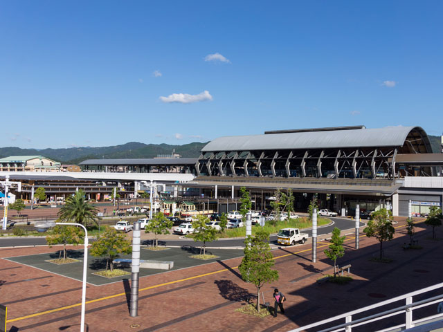 高知駅は、高知県高知市栄田町に位置し、くじらドームと呼ばれる開放的な雰囲気が漂う駅舎が特徴的。  鉄道の日に授与されるランドマークデザイン賞を受賞しているほか、列車が接近する際には「アンパンマンのマーチ」が流れるなど、楽しい話題の多い駅です。  高知駅にはJR四国の予讃線が乗り入れ、普通・特急列車共に発着しています。駅舎南側には、とさでん交通による路面電車の桟橋線高知駅前駅があり、はりまや橋を経由しながら桟橋通五丁目までの移動に便利です。  駅構内にはコンビニやカフェ、ベーカリーのほか、キッズコーナーを併設しているキャラクターグッズ専門店があるので、小さなお子様と一緒に電車の待ち時間を安心して過ごせそうです。また南口にある観光案内所「とさてらす」は、詳しい観光やグルメ案内だけでなく、地域紹介コーナーやジオラマコーナーなどもあります。武市半平太、坂本龍馬、中岡慎太郎の三志士像に前で記念写真を撮るのもおすすめです。  「よさこい祭り」時には駅前に演舞場が設けられ華やかな演技が繰り広げられます。祭りの時期以外でも、高知駅から車で約5分の「高知よさこい情報交流館」では、大迫力のスクリーンを見たり、実際に衣装を着て記念撮影をしたりすることができます。  また、高知駅から2km東方向へ進むと、400年の歴史がある高知城に着きます。重要文化財の数々や四季折々の花々をぜひ訪ねてみてください。日曜日なら300年以上も続いているお城下追手筋の日曜市も開かれています。