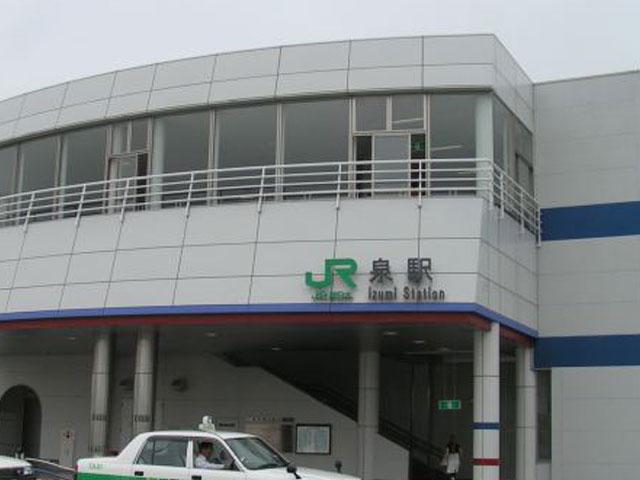 """JR泉駅は、福島県いわき市の南部に位置します。東京都から、宮城県岩沼市へ至る常磐線と、沿岸部の小名浜港まで延びる福島臨海鉄道本線が乗り入れる接続駅です。いわき市からは、電車を利用して約10分でアクセスできます。 阿武隈高地と太平洋に挟まれ、一年の寒暖差が少ないいわき市は、東北のハワイとも呼ばれています。特に、泉駅の周りには、映画「フラガール」のロケ地としても知られ、世界最大の露天風呂を有する「スパリゾートハワイアンズ」や、小名浜海水浴場など、リゾート気分を味わえる観光スポットが目白押しです。 泉駅から車で約15分。温かい黒潮と冷たい親潮がぶつかり、魚が多く集まる好漁場""""潮目の海""""に面する小名浜港には、鮮魚をその場で味わえるいわき市観光物産エンターいわき・ら・ら・ミュウがあります。対岸に位置する水族館「アクアマリン福島」は、年間約100万人もの観光客が訪れる人気スポット!福島の海を再現した、三角トンネルの大水槽や、世界最大級のタッチプールは必見です。少し足を伸ばせば、海抜106mの展望台からいわき市を一望できる「いわきマリンタワー」もあります。 いわき市の中心市街地にある、JRいわき駅へは国道6号線を経由して約30分でアクセスできます。途中には、平安時代に陸奥の豪族によって建てられたとされる国宝「白水阿弥陀堂」や、旅の疲れを癒すのにぴったりないわき湯本温泉もあります。"""