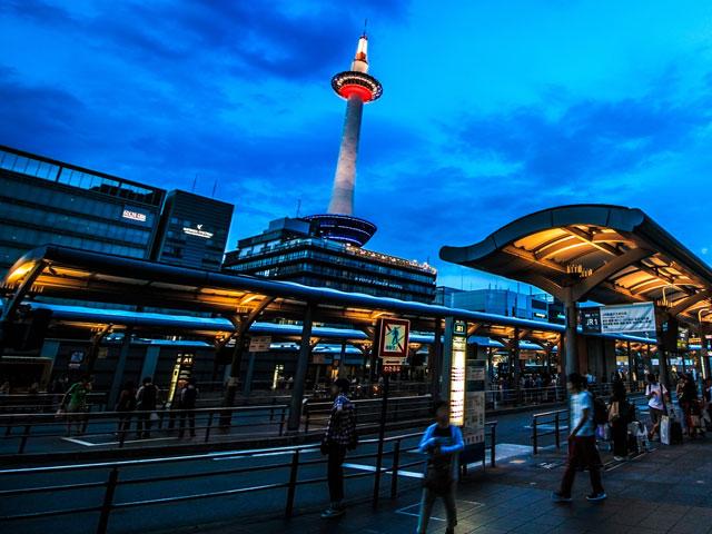 JR京都駅は、日本を代表する観光都市・京都の玄関口です。東海道・山陽新幹線、奈良線、東海道本線、近畿日本鉄道京都線、京都市営烏丸線など、多くの路線が発着しています。 近未来的なデザインが印象的な京都駅の駅ビルの中は、飲食店やお土産物屋さんもいっぱいです。駅ビルの東側はホテルや劇場、西側はジェイアール京都伊勢丹へとつながっています。巨大な吹き抜けを持つ中央コンコースの自由通路から、中央口、八条口、西口にそれぞれアクセスできます。 駅から徒歩圏内には、西本願寺や東本願寺、京都水族館や京都鉄道博物館のある梅小路公園など観光スポットが目白押しです。京都駅中央口(烏丸口)の正面に建つ京都のシンボル・京都タワーの展望室から、世界遺産の清水寺をはじめ、東寺の五重塔や三十三間堂本堂など市内の観光名所が一望できます。タワーには旬の食材を使用したレストランや、旅の疲れを癒す大浴場もありますよ。 京都駅から祇園町や清水寺まで車で約15分。繁華街の河原町方面に向かう場合は、中央口から同じく約15分で到着します。平安貴族の栄華を後世に伝える平等院や、時代劇の街並みを味わえる東映太秦映画村も車で30分圏内。渡月橋をはじめとする風光明媚な観光スポットが集まる嵐山エリアは、国道9号線を経由して約40分です。一年を通して多くの観光客が訪れる京都駅。京都観光に便利なレンタカーは、お早めにご予約ください。
