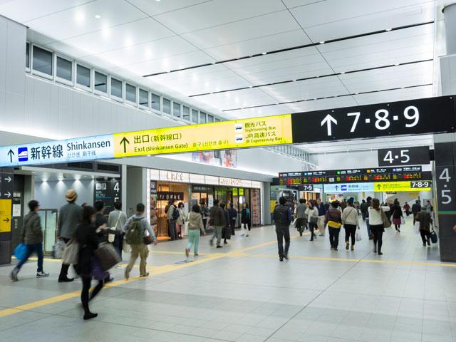 広島駅は、新幹線をはじめとする5つの在来線が乗り入れるターミナル駅です。放射線状に広がるそれぞれの路線は広島シティネットワークとして親しまれ、駅や車両は決められたアルファベットやカラーでデザインされています。この個性的な取り組みがグッドデザイン賞受賞に繋がり、広島駅は中国・四国地方において乗車人員上位を誇る広島市の玄関口となっています。また、ファッションや生活雑貨、レストランが建ち並ぶ商業施設の「ekie(エキエ)」、「ASSE(アッセ)」、広島ならではの食品や土産物が豊富な「新幹線名店街」、心地よい空間を醸し出すホテルとも直結しているため、連日多くの人が行き交います。 徒歩圏内にはプロ野球チーム・広島東洋カープの本拠地である「MAZDA Zoom-Zoom スタジアム広島」があります。駅南口から徒歩で10分ほどですが、試合がある日は球場の駐車場を利用することができます。また、広島駅から徒歩15分ほどの場所には、浅野藩主・浅野長晟の別邸として茶人・上田宗箇が造った日本庭園「縮景園(しゅっけいえん)」があります。四季折々の花々の美しさを眺めながら抹茶の味を堪能してみるのもいいでしょう。 「平和記念公園」へは車を利用すれば5分ほどでアクセスでき、さらにその周辺にある観光スポット、広島の街を一望できる「おりづるタワー」や世界遺産の「原爆ドーム」などを訪れることもできます。すぐ近くを流れる川をゆっくり遊覧できるリバークルーズもおすすめです。 広島空港から広島駅へ車で向かうには、山陽自動車道を経由し、広島高速1号線、県道70号を利用します。およそ50分の道のりです。