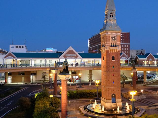 岡山県を代表するターミナル駅の1つである倉敷駅は、1日の平均乗車人員が多いことで知られています。平成27年度の統計では、1日あたり19,236人と岡山駅に次いで第2位となっています。  駅の北側には大型のショッピングモールが建ち並び、駅周辺での主要な買い物スポットとなっています。「アリオ倉敷」は倉敷駅と隣接するショッピングモール。食品から日用品まで幅広い商品を取り揃えています。「三井アウトレットパーク 倉敷」は中国地方で最大級のアウトレットモール。駅の北口から徒歩3分の場所にあり、アリオ倉敷とも連絡通路で繋がっています。  倉敷駅から行ける観光スポットとしては、「倉敷美観地区」が有名です。白壁と瓦屋根が特徴で古くからの街並みを保存している地区であり、江戸時代から伝わる伝統的な建造物が建ち並びます。  倉敷川周辺は、国の重要伝統的建造物群保存地区に選定されています。また、倉敷帆布・デニムなど岡山の名産品を取り扱うショップもあるので買い物も楽しめます。地区を流れる美しい堀と柳並木も情緒豊かです。蔵や町家を改装したカフェやレストランで一息つくのもおすすめ。  アート作品が見たくなったら、「大原美術館」を訪れてみましょう。倉敷美観地区にあり、1930年に建造された日本で最初の西洋美術館です。エル・グレコ、セザンヌ、ピサロなど、世界の巨匠の作品を展示している、充実した内容です。  レンタカーを利用して、ドライブを楽しみながら美観地区へ出かけてみるのはいかがでしょうか。