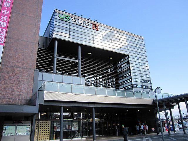 弘前駅は青森県弘前市にある、東日本旅客鉄道(JR東日本)・日本貨物鉄道(JR貨物)・弘南鉄道の駅です。青森県内の駅では青森駅に次いで第2位の乗車人員を誇り、弘前市最大の駅となっています。なお、りんごの出荷額日本一の弘前らしく、ホームでは直径2mを超える巨大りんご(世界一)の置物が出迎えてくれる駅舎として、東北の駅百選に選定されています。 「アプリーズ」という弘前駅に隣接した駅ビルがあり、4階建ての建物内には飲食店やアパレルなどのテナントが立ち並び、訪れた観光客や地元の方達で賑わいを見せています。また、弘前駅前の中央口には宿泊施設や飲食店といった商業施設も多く、駅前が市街地になっています。レンタカー屋も数社立ち並んでいるので弘前での観光を予定している場合には、ここで車を用意することができます。 弘前駅前からは弘南バスが複数路線運行しており、中央口から各方面とのバスが発着しています。路線バスだけではなく、高速バスも運行しており、城東口からでは東京へ向かうバスも発着しています。 弘前駅から2.5km、車で10分の場所には約50種、2,600本の桜が咲く名所としても知られる「弘前公園」があります。