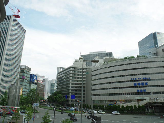 JR新大阪駅から地下鉄御堂線でおよそ6分。梅田駅は、JR大阪駅を中心に広がる梅田エリアのアクセス拠点です。阪急、阪神、地下鉄御堂筋線の各梅田駅は、それぞれ地下街で直結しています。JR大阪駅、東梅田駅、西梅田駅にも乗り換え可能な、西日本最大のターミナル駅です。2023年には、大阪ミナミの中心地・難波エリアと、大阪キタの中心地。梅田エリアを直通する「なにわ筋連絡線」が乗り入れる「北梅田駅(仮称)」の開業も控えています。 梅田エリアは、全国でも屈指の繁華街です。駅周辺は再開発が続けられ、グランドフロント大阪や阪急うめだ本店、大阪ステーションシティなど大型商業施設が続々オープンしています。2018年3月は、梅田地下街に約1000席の巨大フードコートをそなえた注目のグルメスポット・UMEDA FOOD HALLもオープンしました。 梅田駅周辺は、ショッピングだけでなく、大阪観光でも外せないスポットが盛りだくさんです。梅田のランドマークといえる梅田スカイビルは、各梅田駅から徒歩圏内にあります。スカイビルの空中庭園展望台は、地上173mの高さからユニバーサルスタジオジャパンや淡路島まで大パノラマで一望できる梅田観光の定番スポットです。梅田市街の夜景を眺めるなら、ファッションビルHEPの観覧車もオススメですよ。華やかな梅田エリアから一転、エリア東側の天神橋周辺は古民家を利用したカフェや雑貨店が立ち並ぶ散策スポット。お初天神で有名な露天神社は東梅田駅方面、曽根崎お初天神通り商店街の中にあります。大阪国際(伊丹)空港から梅田駅は、阪急高速11号池田線を経由して約20分で到着します。