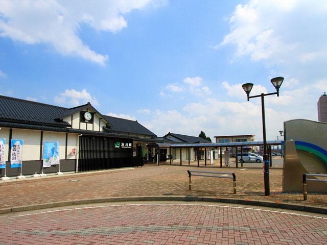 JR渋川駅は、上越線と吾妻線の乗換駅です。高崎駅から電車で約25分、上野駅から特急草津号で約100分。群馬県の渋川市は、伊香保温泉をはじめ小野上温泉や赤城温泉など数々の名湯が市内に点在する県内屈指の温泉地です。そのアクセス拠点となる渋川駅は、榛名神社や榛名湖観光の玄関口でもあり、駅名標も「伊香保温泉・榛名湖口」という副称がつけられています。 伊香保温泉の石段街は、渋川駅から車でおよそ25分で到着します。関越自動車道の渋川伊香保ICから向かう場合はおよそ20分です。伊香保温泉街は、標高約700mの山間部にあります。冬季になると降雪のない日も路面が凍結しやすいので、冬の温泉旅行はスタッドレスタイヤ装備のレンタカープランをお勧めします。ホテルや旅館が立ち並ぶ温泉街の石段を登ると、温泉まんじゅうで有名な勝月堂や、子宝祈願で知られる伊香保神社に到着です。紅葉の名所として知られる河鹿橋(かじかばし)は神社からおよそ350m。例年10月下旬から11月中旬の紅葉シーズンに行われるライトアップも必見です。石段街の入口や河鹿橋周辺には、駐車場も整備されています。 伊香保温泉街から榛名湖は車で約20分、榛名神社は車で約25分です。標高932mの見晴駅まで続く伊香保ロープウェイや、飛鳥時代開山と伝わる関東の古刹・水澤観世音も温泉街から10分圏内にあります。伊香保町の名物グルメが楽しめる水沢うどん街道は、水澤観世音の参道にあたる県道15号沿いです。