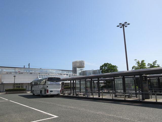 新富士駅は、静岡県富士市成島にある東海道新幹線の駅です。1988年3月、富士市民や西伊豆、山梨県南巨摩郡などが参加した同盟会による呼びかけが実現し、開業しました。こだま号のみが発着し、ひかり号やのぞみ号の通過駅となっています。東名富士I.Cからは車で約20分でアクセスできます。在来線の東海道線や身延線が乗り入れている富士駅とは2㎞ほど離れているため、徒歩、車、あるいは路線バスでの移動となります。 新富士駅は高架駅で、雄大な富士山の姿を眺めることができる駅としても知られています。構内の観光案内所では、駅周辺のみならず富士山周辺の施設などのパンフレットや割引券などが揃い、富士山グッズも取り扱っています。 南口には徒歩約一分の場所に富士山や新幹線が走る様子を眺められるビジネスホテルがあります。富士山口は駅前広場になっており、送迎者用の駐車場や自動車・タクシーの乗降場所がレイアウトされています。また、路線バスや高速バスなどの発着所にもなっています。 新富士駅から北方向へ約7分間歩くと、富士市産業交流展示場の「ふじさんめっせ」があります。時期によってモーターショーやシンポジウムなどさまざまなイベントが開催されていますが、富士山を眺めながらきれいに整備された広場を散歩してみるのもオススメです。 県道174号線、西富士道路を経由して朝霧高原方面へと向かう途中には、滝やゴルフ場があります。また、30分ほどのドライブで「まかいの牧場」に到着します。動物たちと実際に散歩ができたりえさやり体験ができたりするほか、絞りたての牛乳や乳製品なども堪能でき、澄んだ空気の中で遊ぶことができます。