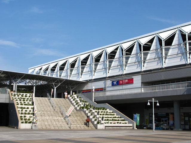 茨城県守谷市の守谷駅は、つくばエクスプレス(TX)と関東鉄道常総線の接続駅です。両社の改札は連絡通路で繋がっています。TX守谷駅構内にある大きなステンドグラスは、「モチモチの木」や「花さき山」の挿絵で知られる茨城県出身の切り絵作家、滝平次郎氏図案の作品です。 東京の秋葉原駅から快速で最短32分。TXの開通以来、守谷市は大きく発展してきました。駅の近くにはスーパーやドラッグストアが集まり、国道沿いには各種チェーン店が立ち並びます。東洋経済新聞社が毎年全国の都市の中から公表している「住みよさランキング」でも例年上位に挙がる住環境が魅力です。東京や千葉北部へ隣接する交通の便の良さから、大企業の工場も集まっています。利根川や鬼怒川方面にあるアサヒビール工場や明治なるほどファクトリーは、市内の学校の社会科見学でもおなじみです。一般の方の工場見学ツアーも受け付けています。 守谷の歴史は古く、平将門や徳川家康ゆかりの名跡も市内に点在しています。毎年7月の最終土曜日に開催される「八坂神社祇園祭」は、守谷駅の八坂口からおよそ1km離れた八坂神社の例大祭です。北総三大祇園祭と呼ばれる茨城県南部地域の夏の風物詩で、例年5万人以上の人出で賑わいます。 市内を通る常磐自動車道で、つくば市や柏市、首都圏まで車のアクセスも良好です。最寄りインターチェンジとなる谷和原ICは、駅から国道294号線を常総方面に向かい、およそ10分で到着します。