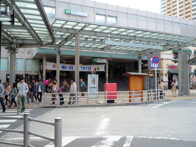 東京都心から車で約30分。JR市川駅は、千葉県北西部の葛南地域に位置する東京都心のベッドタウン・市川市の駅です。総武本線の総武快速線と中央・総武線緩行線が乗り入れ、京成電鉄の市川真間駅も徒歩圏内にあります。 南口前に広がるI-linkタウン(アイリンクタウン)は、45階建てのザ・タワーズ・ウエストと、37階建てのザ・タワーズ・イーストをシンボルとした複合エリアです。A街区とB街区に分かれており、商業施設や住宅、行政施設が集まっています。 市川駅から車でおよそ5分の市川橋の旧名は江戸川橋といい、千葉県と東京都を隔てる江戸川に初めてかけられた木造橋でした。かつて千葉県北部から茨城県にまたがる下総国の国府が置かれ、政治や文化の中心地として栄えた市川市。明治27年に市川駅が開通してから高級住宅地となり、永井荷風、幸田露伴、北原白秋など多くの近代文学者が暮らしていました。駅の北口から北西に車で約2分、国道14号から北に伸びる大門通り(万葉のみち)と、北東にある近代文学のみち(桜土手公園)をあわせた「文学の散歩道」は、万葉集にうたわれた真間の手児奈や、市川ゆかりの文人の句碑をめぐる散策道です。 駅の北には、東京都中央区から千葉市へいたる国道14号(千葉街道)が、東には練馬区・埼玉・市川市を結ぶ東京外環自動車道が通る市川駅。南を走る京葉道路の京葉市川ICまでは約8分でアクセスできます。