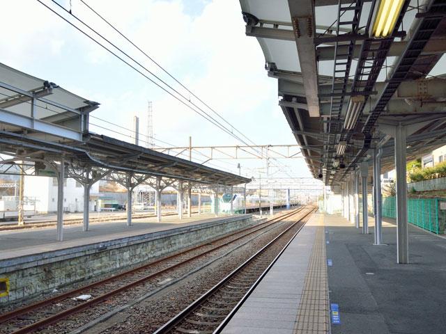 大手電機メーカー日立製作所の創業地として有名な茨城県日立市。その中心にある日立駅は、宮城県岩沼市へ延びる常磐線の停車駅です。太平洋に面したガラス張りの駅舎は、鉄道関連唯一の国際デザインコンペ・ブルネル賞で、駅舎部門・優秀賞を受賞しました。自由通路の先端にある展望イベントホールや隣接するカフェは、大海原を一望できる絶景スポットとして人気です。反対側に位置する中央口には、観光情報や市内各地のお土産を取り扱う日立駅情報交流プラザ(ぷらっとひたち)が併設されています。 駅前から延びる平和通りは、約120本の桜並木が続く花の名所です。桜の開花に合わせて行われる日立さくらまつりでは、ユネスコ無形文化遺産にも認定された「日立風流物」が披露されます。駅の周りには他にも、プラネタリム・科学館を有する日立シビックセンターや、日立製作所の創業者である小平浪平氏関連資料を展示した小平記念館(要予約)が併設されています。 日立市かみね動物園やかみねレジャーランドなどのテーマパークへは、平和通りから接続する、陸前浜街道(国道6号線)を北上して約6分。日鉱記念館へは、同じく陸前浜街道から、大白峰へ抜ける県道36号線を経由して約20分でアクセス可能です。 海岸線の絶景ドライブには、駅西側を走る日立バイパスがおススメです。北上して約25分の場所には、環境省が選定した「快水浴場100選」のひとつ石浜海水浴場もあります。