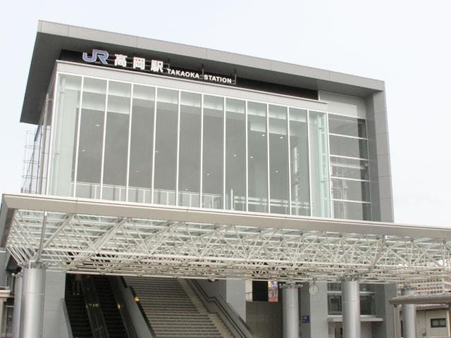 高岡駅は、富山県西部の中心都市、高岡市の代表駅です。あいの風とやま鉄道、JR城端線と氷見線が乗り入れ、特急を含めたすべての列車が停車します。射水(いみず)市の新湊と結ばれた路面電車、万葉線の停留所は駅ビルCurun TAKAOKAの1階です。 駅の出口は、古城公園口(北口)と瑞龍寺口(南口)の2ヶ所があります。高岡大仏や高岡古城公園に向かう場合は、古城公園口を利用しましょう。古城公園口を出てすぐ正面が、高岡のメインストリートとなる末広通りです。国宝瑞龍寺やイオンモール高岡は、瑞龍寺口方面にあります。北陸新幹線の新高岡駅は、瑞龍寺口からおよそ1.5kmです。 立山連峰を望む雨晴海岸や、ひみ番屋街で有名な氷見(ひみ)市中心部にアクセスするなら、古城公園口が便利です。氷見市街は、駅から国道160号線を経由して約35分で到着します。高岡市は藤子・F・不二雄氏の、氷見市は藤子不二雄A氏の出身地でもあり、藤子作品にちなんだ見どころもいっぱいです。藤子作品のコレクションで有名なドラえもん文庫は、古城公園口を出てすぐ正面、ドラえもんの銅像が立ち並ぶウイングウイング高岡の高岡市立図書館にあります。貴重な原画を展示する藤子・F・不二雄ふるさとギャラリーは、高岡古城公園近くの高岡市美術館の2Fです。 能越自動車道の高岡北ICや高岡ICは、駅から車で約15分。北陸自動車道の小杉ICや高岡砺波スマートICはどちらもおよそ25分です。毎年5月1日の高岡御車山祭や、8月1週目の高岡七夕まつりの開催期間中、駅の周辺で交通規制が行われます。当日のお出かけは、事前に交通情報を確認しておきましょう。