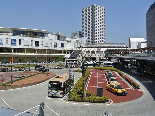 神奈川県の東端・川崎市に位置し、横浜駅に次ぐ乗車人員数を誇る川崎駅。羽田空港や東京駅・上野駅・横浜駅など主要駅とを結ぶ、市のアクセス拠点です。JR東海道線・京浜東北線・南武線が乗り入れ、徒歩5分ほどには京急川崎駅があります。2018年には、駅ビル・アトレ川崎に県内初出店の10店舗を含む計46店舗がオープン。レストランやスイーツ店など飲食店が充実し、お買い物だけでなくお食事にも便利になりました。周辺は、ラゾーナ川崎やマルイなどの大型商業施設や地下街、商店街も集まる一大ショッピングエリアが広がっています。 駅から南に徒歩約5分の「ラ チッタデッラ」は、イタリアのヒルタウンをモチーフに作られた異国情緒あふれる複合商業エリア。施設内には、首都圏最大級のシネマコンプレックス「チネチッタ」、著名アーティストによるコンサートも行なわれる「クラブチッタ」、さらに本格レストランやショップなどが集結しています。 周囲に国道1(第二京浜)・15号線(第一京浜)などの国道や、首都高速神奈川1号横羽線も通る川崎駅。海ほたるPAが浮かぶ東京湾アクアラインには、北を走る国道409号線から東に進み、大師ICからアクセスできます。湾岸線方面へは、南に約15分の浅田ICから標識に従って進みましょう。