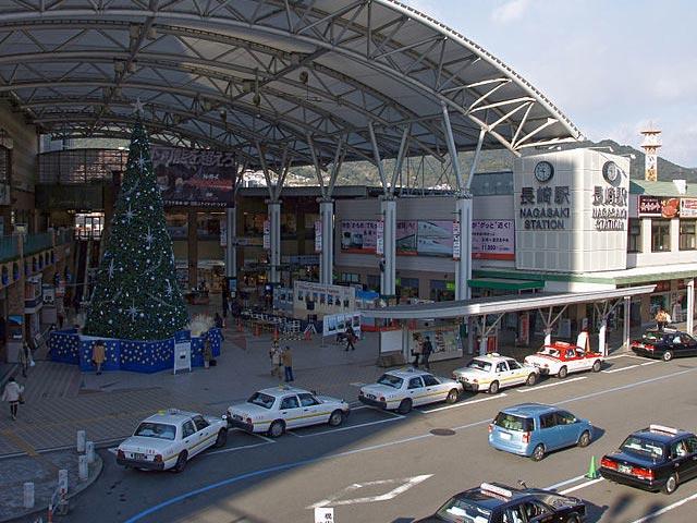 長崎県長崎市の中心駅・JR長崎駅は、長崎本線が乗り入れ、駅前には市内を巡る長崎電気軌道(路面電車)の停留場もあるアクセス拠点です。駅直結のアミュプラザ長崎は、映画館や飲食店など約130店舗が軒を連ねるショッピングセンター。1階の長崎おみやげ街道には、10店舗以上のみやげ物店がそろいます。 長崎県の出島は、江戸時代に約200年続いた鎖国のころも唯一海外に開かれた貿易の窓口でした、その西欧や中国の文化は今も残り、長崎駅周辺には異国情緒あふれる観光スポットがいっぱいです。長崎駅から車で約10分のエリアだけでも、9棟の洋風建築が集まる世界遺産のグラバー園や、国宝に指定されている日本最古の教会・大浦天主堂、日本三大中華街に数えられ、ちゃんぽんや皿うどんなどご当地グルメを味わえる長崎新地中華街など見どころが集結しています。 長崎駅のある中心街から、島原半島、佐世保や九十九島など県内各地の観光エリアを巡るなら、レンタカーが便利です。とくに電車の通っていない、標高700mの山の谷間にある温泉地・雲仙方面や、オランダとの交易で生まれた美しい教会群や必見の平戸方面を訪れる旅の足には、車の利用が欠かせません。自然と歴史を感じる見どころいっぱいの長崎のドライブを、ぜひお楽しみください。