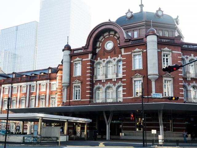 東京駅は、ハイセンスな商業施設やオフィスビルが建ち並ぶ東京都の中心・千代田区丸の内エリアにあるターミナル駅。プラットホームが日本一多い駅で、新幹線、JR在来線、地下鉄など、約13もの路線が通っています。 歴史あふれる建築様式が特徴で、赤レンガ造りのデザインは駅のシンボル。そのクラシカルな建築美は多方面で評価されており、関東の駅百選にも認定されています。2003年には、丸の内口駅舎が国の重要文化財に指定されました。2012年に完了した工事により約100年前の姿が復元され、歴史ある外観をひと目見ようと連日多くの人々が訪れています。 駅は東京ドーム約3.6個分を広さを誇り、駅ビルや商業施設が充実しているのも魅力です。 その中でも、カフェやレストランが集まる「グランルーフ」は、八重州側の新たなランドマークとして賑わうスポット。サウスワターとノースワターを結ぶデッキ「光の帆」は、夜になるとライトアップされ幻想的な雰囲気を演出します。 ほかにも、周辺に歴史的な観光地が多い東京駅。駅の目の前には皇居外苑が広がり、靖国神社・東京ドームシティへとつながる内堀通りは桜や紅葉の名所としても知られています。浅草寺までは約20分、スカイツリーまでは約30分と観光名所にも好アクセスなので、都内観光ドライブのスタート地点にもオススメです。