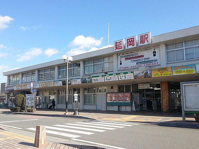宮崎県の北部にある延岡駅は、福岡は北九州から、大分・宮崎を経て鹿児島へ至るJR九州・日豊本線の停車駅。九州で2番目に広い面積を誇る延岡市の玄関口です。  九州山地に日向灘、五ヶ瀬川と、豊かな自然に恵まれた延岡市。延岡駅から車で約25分の愛宕山は、県内唯一日本夜景遺産にも認定された絶景スポットです。標高251mの山頂付近に整備された展望台からは、晴れた日には四国をも一望できます。駅から車で約30分で到着する下阿蘇ビーチは、環境省の「快水浴場100選」で特選に選ばれた人気の海水浴場。シーカヤックやダイビングなどのマリンアクティビティを楽しむなら、大分から宮崎の沿岸部にかけて広がる日豊海岸国定公園がおススメです。名跡・史跡も数多く、桜の名所としても知られる延岡城跡・城山公園や、日本一の高さを誇る弘法大師像の建つ今山大師寺は駅から車で10分圏内にあります。  海幸・山幸・川幸に恵まれた延岡市には、グルメスポットも目白押しです。特に有名なチキン南蛮は、カロリー控えめのさっぱりした「むね派」と、こってりジューシーな「もも派」の2種類を楽しめます。延岡名物のチキン南蛮専用ビールは、延岡駅西口にある「のべおか観光物産ステーション」で購入できます。  宮崎市や大分方面へのアクセスは、延岡駅から車で約10分、東九州自動車道に接続する延岡道路・延岡IC・JCTをご利用ください。