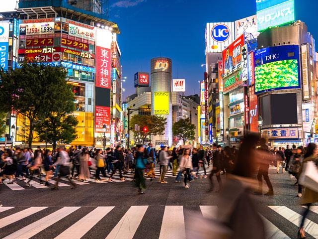 渋谷駅は、JR山手線や埼京線、湘南新宿ラインをはじめ、京王井の頭線、東急線と東京メトロの各線が乗り入れる東京渋谷区のターミナル駅です。 JRと私鉄、地下鉄が立体的に重なった駅構内は迷いやすいので、目的にあわせて出口を目指しましょう。主な出口に向かうアクセス拠点となるのが、山手線のホームです。待ち合わせで有名なハチ公像のあるハチ公改札は、ホームの階段を降りた先。スクランブル交差点やSHIBUYA109、渋谷センター街(バスケットボールストリート)、東急ハンズに向かう道玄坂方面にあたります。西武百貨店やPARCO、マルイなど大型商業施設が並ぶ渋谷公園通りや、セレクトショップの集まる神南エリアへのアクセスも、ハチ公口が便利です。ホーム中央の階段を上がると、渋谷ヒカリエに向かう中央改札と、東急百貨店に向かう玉川改札です。ハチ公口と同じく駅の1階にある南改札から、モヤイ像のある西口と、明治通りや原宿方面に向かう東口にアクセスできます。 渋谷駅前のスクランブル交差点や渋谷署前交差点、渋谷駅西口交差点をは終日にぎわい、交通量も多いため、ドライブの際はくれぐれもご注意ください。赤坂や表参道へ続く青山通り(国道246号)は、首都高速の渋谷ICとも接続しています。原宿駅周辺や恵比寿、代官山方面はそれぞれ車で10分圏内です。