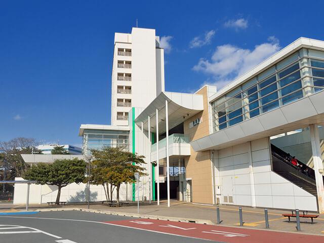 勝田駅は、茨城県の北部にあるひたちなか市の中心駅です。太平洋沿いに宮城県へと延びるJR東日本・常磐線が乗り入れ、市内南西部を走るひたちなか海浜鉄道湊線と接続しています。県内最大のターミナル駅、水戸駅からは電車で約6分。東京駅からも約1時間30分と好アクセスです。 大手電機メーカー日立製作所のグループ企業が多く立ち並ぶひたちなか市は、駅に隣接する日立製作所水戸工場を中心に、商業・公共施設、住宅地が広がる大規模な企業城下町を形成しています。 潮の満ち引きを利用した姥の懐マリンプールや、日帰り温泉も楽しめる阿字ヶ浦(あじがうら)海水浴場、海に浮かぶ滑り台「くじらの大ちゃん」でお馴染み平磯海水浴場は、駅から20~30分圏内。緩やかな丘陵を一面真っ赤に染め上げる、秋のコキアで有名な国営ひたち海浜公園へは、勝田駅前から延びる道路を東へ直進して約5分で到着します。お子様連れのご家族には、園内南に位置する遊園地プレジャーガーデンもおススメです。 勝田駅から、国の名勝にも指定された偕楽園や、水戸八幡宮を有する県内の中心地水戸へは、車を利用して約15分でアクセスできます。遠方へのアクセスには、東京から宮城県仙台へと延びる国道6号線、または北関東自動車道に接続する東水戸道路(常陸那珂有料道)ひたちなかIC、常磐自動車道・水戸北スマートICをご利用ください。