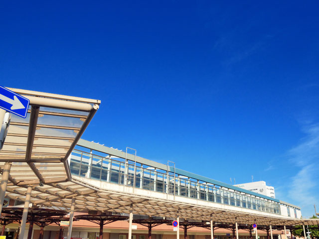 鳥取駅は、県庁所在地の鳥取市にある、県東部の代表駅です。東は京都方面、西は米子方面を結ぶJR山陰本線と、岡山、神戸方面に繋がるJR因美線が乗り入れ、県内外のアクセスに便利なターミナル駅となっています。駅には、コンコースと直結した駅ビルがあり、土産、グルメ、ファッションなどのテナントで買い物が楽しめます。土産では、特産品であるらっきょう、とうふちくわが人気です。 南側には、駅から立ち寄りやすいショッピングセンターやコーヒーショップもあります。駅の北口から県庁へ向かう国道53号線は、若桜街道と呼ばれる鳥取市のメインストリート。大型百貨店や飲食店などの商業施設が集まり、通りで祭りやイベントが行われるたび、多くの人出で賑わいます。駅から車で10分の所にある県庁周辺は、鳥取市役所、鳥取県立県民文化会館が並ぶ市の中心地。県庁の後ろにそびえる「久松山(きゅうしょうざん)」には「鳥取城跡」が残っており、重要文化財の西洋館「仁風閣(じんぷうかく)」にも、鳥取の歴史が感じられます。天気の良い日は、駅から北西へ車で約10分の所にある「鳥取砂丘」に足を運び、360度のパノラマを楽しむのもよいでしょう。鳥取砂丘の手前にある全天候型のミュージアム「砂の美術館」には、砂丘の砂を固めて作った砂像の数々が展示されています。 鳥取駅は、鳥取空港から約15分、神戸からは中国自動車道、鳥取自動車道経由で、約2時間30分でアクセスできます。