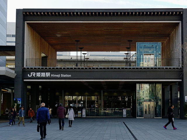 兵庫県西部にあるJR姫路駅は、山陽本線・新幹線と、兵庫県中部まで伸びる播但(ばんたん)線、姫路と岡山を結ぶ姫新(きしん)線が乗り入れる姫路市の中心駅です。駅の北側には、神戸市まで続く山陽電気鉄道・姫路駅もあり、兵庫観光の拠点としても利用されています。 駅の周りには老舗デパートの山陽百貨店や姫路FESTAなど商業施設が集中しています。姫路名物・アーモンドトーストでおなじみのアーモンドバターや、11代将軍・家斉の婚礼祝いに送ったとされる「玉椿」など姫路のお土産購入は、駅ビルのピオレ姫路に併設されたおみやげ館がおススメです。 姫路市は豊臣秀吉の側近として仕えた黒田官兵衛や、西国将軍・池田輝政など、歴史に名を連ねた武将とゆかりのあるスポットがいっぱいです。「白鷺城」の異名を持つ世界文化遺産の姫路城までは、駅から徒歩約20分で到着します。隣接する好古園では、姫路城を借景にした9つの日本庭園を楽しめますよ。動物園と遊園地が融合したサファリリゾート姫路セントラルパークや、世界一美しいと言われるドイツの「ノイシュバンシュタイン城」を模した白鳥城をはじめ世界中の建造物を再現した太陽公園も、駅から車で30分圏内です。 姫路駅から神戸の中心であるJR三宮駅までのアクセスは、第二神明道路を利用して車で約1時間。年末の風物詩「忠臣蔵」の舞台としても有名な赤穂市までは、山陽自動車道を経由して約50分で到着します。