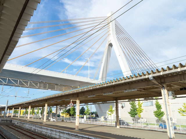 青森駅は青森県青森市柳川にある、東日本旅客鉄道(JR東日本)及び青い森鉄道の駅です。青森県の県庁所在地である青森市の中心駅で、「北海道との連絡口としての役割から、三内丸山遺跡や世界遺産白神山地への玄関口とその機能は変貌を遂げる駅」として、東北の駅百選に選定されています。以前は、東京から伸びる鉄道幹線である東北本線および奥羽本線の終着駅であり青函連絡船との乗換駅でした。3面6線を有する地上駅で、1・2番線に青い森鉄道線、2 - 6番線に奥羽本線、4・6番線に津軽線の列車が発着しています。 駅前にはラビナという駅ビルがあり、飲食店やファッションブランドなど複数のお店で賑わっています。その他にも、青森駅周辺には宿泊施設や行政機関なども多くあり青森市の中心的な市街地を形成しています。また、青森駅から伸びる新町通りでは、毎年ゴールデンウィークに「AOMORI春フェスティバル」が開催されています。 青森駅からは多くのバスが運行しており、市営バスのような路線バスの他に、高速バスの発着も行われています。青森空港までは車で30分程度の距離にあり、JRバス東北が運行している空港連絡バスに乗れば約35分で到着することができます。