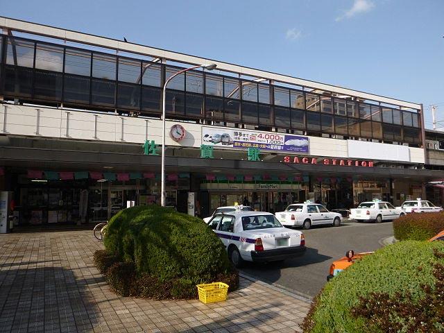 JR九州長崎本線および唐津線が乗り入れるJR佐賀駅は、県内はもちろん長崎や福岡方面へも好アクセスな佐賀市の中心駅です。駅ナカ「えきマチ一丁目佐賀」には有田焼や佐賀のりなど特産品がそろい、駅南側の繁華街では呼子イカやシシリアンライスなどのご当地グルメを堪能できます。 佐賀駅から車で南に約10分進むと、県を代表する都市公園・佐賀城公園が広がります。高さ30メートル超の松や楠が並ぶ幅50メートルの堀周辺は、春になると桜も咲き誇る県民の憩いの場。「沈み城」とも呼ばれた佐賀藩鍋島氏の居城・佐賀城は、園内南側です。城跡には、現代まで唯一残る建造物の鯱の門(しゃちのもん)・続き櫓や、佐賀藩にまつわる資料を展示する佐賀城本丸歴史館があります。 毎年10月末ごろから5日間、佐賀駅から車で西に約18分の嘉瀬川河川敷では、アジア最大規模の熱気球大会「佐賀インターナショナルバルーンフェスタ」が開催されます。大会には、世界各国から約100機のバルーンが参加。空をカラフルに彩る「一斉離陸」を一目見ようと、毎年80万人以上が来場します。大会期間中は、シャトルバスが発着する臨時駐車場や会場横のバルーンさが駅が開設。周辺は大変混雑し、交通規制も行なわれるためご注意ください。 佐賀駅の最寄りインターチェンジは、長崎自動車道佐賀大和インターチェンジ。国道263・264号線を南下すると、約12分でアクセスできます。