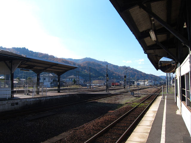 津山駅は、岡山県津山市大谷にあるJR西日本の鉄道。3路線が乗り入れており、中国地方の交通の要所となっているため、新見駅や三次駅のように駅長が配置された直営駅です。駅舎からホームへは地下道で連絡しており、ホームは、両側が線路に接している島式ホーム型。入線時には、有名なメロディの鳴動後にJR西日本標準の入線メロディが流れます。駅周辺は繁華街にもなっているので、観光で訪れる人や地元の人などの利用があります。  津山駅から西側に車で約5分行くと、「津山まなびの鉄道館」があります。かつて使われていた扇形車庫と転車台が残される、ディーゼル機関車DE50-1をはじめ、様々な貴重な車両を保存・展示。ほかにも、県内で唯一の現役転車台や、津山駅周辺の街並みをジオラマで楽しめ、Nゲージで運転体験もでき、鉄道のあゆみやしくみを楽しく学べます。  駅から車で約6分の場所には鶴山公園があり、初代藩主・森忠政が13年もかけ築いた「津山城」跡の見事な石垣が残されています。新緑のころには、日本さくら名所100選にもある桜とつつじ、秋は鮮やかな紅葉、冬は幻想的な雪景色と、通年名所となっています。津山城跡入口に「つやま自然不思議館」があり、800点を超える世界の珍しい実物の動物のはく製が集められており、迫力のある展示。また、約20,000点もの化石、鉱山、昆虫類などの標本の展示もあり、様々なイベントも開催されています。ふしぎ館は移転した高等学校の校舎が改造されていてレトロな雰囲気のある建物です。