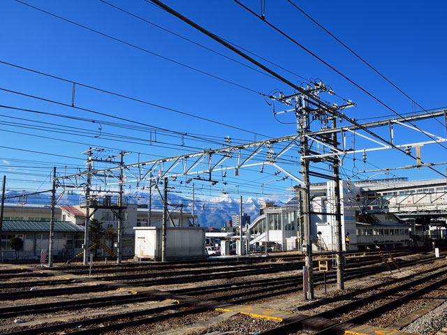 信州まつもと空港(松本空港)から車でおよそ30分。松本駅は、長野県の中部に位置する松本市の中心駅です。新宿駅や名古屋駅からの特急電車も停車するJR篠ノ井線と大糸線、北アルプスの玄関口・上高地まで延びるアルピコ交通の上高地線が乗り入れています。 駅の出口は東口(お城口)と西口(アルプス口)の二か所です。東口には百貨店や飲食店、ホテルといった施設が集まり、西口には松本市観光案内所が併設されています。駅に直結する商業施設の「MIDORI松本」には、信州そばや野沢菜、銘菓のあめせんべいといった名産品を扱うお土産店も並んでいます。 国宝にも指定されている松本城は駅から車で10分です。春には夜桜会、秋には信州・松本そばまつり、冬には氷彫フェスティバルと、季節ごとのイベントも盛りだくさんです。お城と松本駅の間を流れる田川沿いには、土蔵造りの飲食店や雑貨店が立ち並ぶ中町通り、昔ながらの骨董品屋や駄菓子屋が集まる縄手通りと、散策スポットも充実しています。 国内最古の小学校で国の重要文化財にも指定されている旧開智学校、Jリーグ・松本山雅FCのホームスタジアム「アルウィン(長野県松本平良広域公園総合競技場)」は、駅から車で20分圏内です。 駅の最寄りインターチェンジは、長野自動車道の松本インターチェンジで、野麦街道(国道158号線)を経由しておよそ10分で到着します。