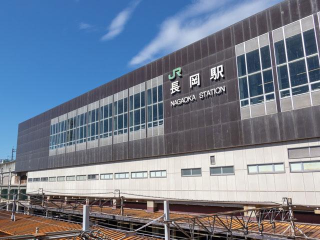 JR長岡駅は、新潟県の中越地方に位置する長岡市の中心駅です。上越新幹線と信越本線の接続駅で、群馬の高崎駅と結ばれた在来線の上越線も乗り入れています。 駅舎は、江戸時代に長岡を治めた越後長岡藩牧野家の居城・長岡城の跡地に建てられています。本丸に続く大手門にちなんで名づけられた駅の正面出入口・大手口の周辺は、長岡市の中心市街地です。 大手口側から伸びる大手スカイデッキは、市役所・アリーナ・屋根付き広場「ナカドマ」が一体となったアオーレ長岡や、約100店舗が軒を連ねるメインストリート・大手通り商店街に直結しています。 毎年8月1日から3日まで、大手口から1.5kmの大手大橋周辺で開催される長岡まつりは、昭和21年から続く歴史あるお祭りです。2日と3日の花火大会には、直径約600mの正三尺玉花火など約20,000発が打ちあがります。当日は会場周辺で交通規制が敷かれるため、お出かけの際はご注意ください。 駅から南西に車で約25分の越後丘陵公園は、バラやカタクリ、ユキツバキなど四季を通じて花々を楽しめるドライブスポットです。3000平方メートルの「花の丘」ではチューリップやコスモスが一面に咲き誇ります。夏と冬のイルミネーションイベントをはじめ、一年を通じてさまざまなイベントも開催されます。