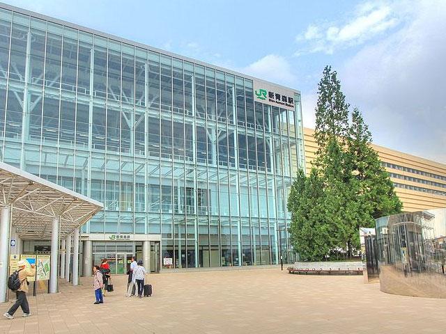 新青森駅は、青森県青森市にある東日本旅客鉄道(JR東日本)及び北海道旅客鉄道(JR北海道)の駅です。青森県の県庁所在地・青森市の新幹線における玄関口であり、新青森駅が開業した2010年12月4日から北海道新幹線開業前日の2016年3月25日までは日本最北端の新幹線の駅でした。ちなみに、JR北海道の駅としては新青森駅が最南端の駅。なお、東北6県の県庁所在地では唯一、代表駅と新幹線駅が別となっています。 新青森駅は青森市街地から西に3kmほど離れた石江地区に位置し、青森市の代表駅である青森駅へは1駅の距離にあります。青森駅へは、特急列車の普通車自由席に乗車する場合に限って、特急料金が不要となる特例が設けられています。 駅構内の東西連絡口には「あおもり旬味館」という駅ナカ商業施設があり、現在は19の店舗が軒を並べています。他にはコンビニエンスストアや、駅弁屋も駅構内にあり、新幹線や寝台列車利用者で賑わっています。駅構内にある駅レンタカー以外にも、東正面口にはレンタカーステーションがあり、5つのレンタカー事業者で車を借りることが可能になっています。また、東口と南口にはバス停があり、市営バスやJRバス東北といった複数の路線バスが新青森駅で発着しています。
