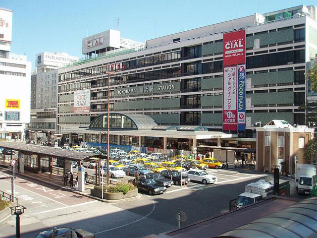 神奈川県横浜市のJR横浜駅は、JR東日本の横須賀線や京浜東北線、湘南新宿ラインをはじめとする各路線に加え、京急線、みなとみらい線、東急東横線、相鉄線、横浜市営地下鉄と、私鉄・地下鉄の各線も乗り入れる、国内屈指のターミナル駅です。 横浜駅の西口は、駅から直通する駅ビルのジョイナスと地下街のザ・ダイヤモンドを中心に、大型商業施設や老舗デパートが集結した、神奈川でも有数のショッピングスポットです。再開発が続く周辺エリアは、東京オリンピックの開催に合わせ、横浜CIALとエクセルホテルがあった跡地に高層ビルの建設が予定されています。 横浜港方面の玄関口となる東口の駅前は、ヨコハマスカイ、ルミネ横浜、横浜ポルタなど若者やファミリー層に人気のお店が集まります。ウォーターサイドの新たな注目スポット・横浜ベイクォーターに駅から直通する歩道橋のベイクォーターウォークも開通して、ますます便利になりました。 横浜駅周辺からレンタカーを活用すれば、赤レンガ倉庫や横浜ランドマークタワーなど人気スポットが集まる「みなとみらい21」をはじめ、元町、横浜中華街。山下公園や馬車道・関内など横浜観光エリアをめぐるドライブもラクラク! 首都高速横羽線の横浜駅東口ICや、三ツ沢線の横浜駅西口ICも駅から至近です。