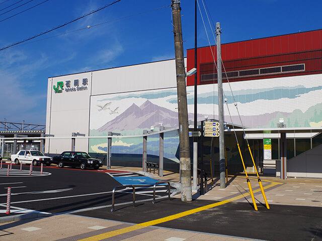 石岡駅は、茨城県石岡市の中心駅です。東京から宮城県石沼駅まで延びるJR東日本常磐線が乗り入れています。茨城県の中心であるJR水戸駅からは電車を利用して約22分、東京からは約1時間でアクセスできます。地元の名産・特産品の購入は、駅西口にある石岡観光案内所がおススメです。 茨城県のシンボル、筑波山の東麓に広がる石岡市は、古くから常陸国の中心として栄えてきました。駅から車で約15分、奈良時代に創建されたとされる常陸國總社宮には、スサノオノミコトを始めとする六明神が祀られています。例年9月に市内で行われる「石岡のおまつり」は、常陸國總社宮の例祭です。関東三大祭りのひとつとしても知られ、3日間で約40万人の見物客が押し寄せます。特に、山車14台、獅子32台が街中を練り歩く幌(ほろ)獅子大行列は圧巻です。お祭り期間中には、石岡駅西側の道路一帯に交通規制が敷かれますので、お出かけ前に市の公式サイトを確認しておきましょう。 標高877mの筑波山へは、駅から車を利用して約35分。途中には桜の名所としても知られる歴史公園「日立風土記の丘」や、ダチョウの飼育数日本一を誇るダチョウ王国石岡ファーム、四季折々の花が美しい茨城県フラワーパークなどレジャースポットもいっぱいです。 日本百景のひとつで、日本で二番目に大きい湖「霞ヶ浦」へは、石岡駅東口から国道355号線を経由して20分~30分で到着します。