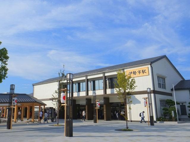 名古屋駅から電車で1時間25分。JR伊勢市駅は、三重県随一の観光スポット・伊勢志摩エリアの玄関口です。伊勢神宮への参拝路線として建設されたJR参宮線と、大阪・京都・愛知方面からの特急電車も停車する近鉄山田線が乗り入れています。 伊勢市駅は、伊勢神宮外宮の最寄り駅。駅の改札口を出ると、外宮参道の入口となる白木の鳥居が見えてきます。参道を5分ほど歩けば外宮に到着です。沿道では、伊勢名物の伊勢うどんや定番お土産の三ツ橋ぱんじゅうを取り扱うお店が軒を連ねています。 伊勢志摩エリアの観光は、レンタカーがオススメです。伊勢二見鳥羽ラインの伊勢IC、二見JCTと鳥羽ICの区間は、2017年から無料区間になりました。お伊勢参りの前に無垢塩祓いが受けられる二見興玉神社が鎮座する二見浦は、駅からおよそ20分です。大注連縄で結ばれた夫婦岩や、伊勢シーパラダイスも神社の周辺にあります。鳥羽ICを下車してから鳥羽市街や鳥羽水族館まで向かう道のりは、国道42号線経由でおよそ10分です。 天照大御神をまつる伊勢神宮の内宮は、伊勢市駅から車で約15分。内宮から朝熊山を越え、鳥羽市内までを結ぶ有料道路の伊勢志摩スカイラインは、「天空のドライブウェイ」と呼ばれる全長16.3kmの絶景ドライブコースです。朝熊山頂展望台は、足湯や芝生広場でくつろぎながら、伊勢湾や伊勢志摩の大パノラマが楽しめます。伊勢神宮の鬼門を護る金剛證寺も山頂付近です。