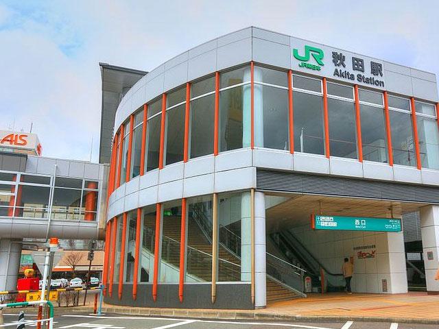 JR秋田駅は、秋田新幹線が停車する秋田県の新幹線駅です。在来線の奥羽本線と羽越本線が乗り入れ、東北各県や新潟方面からのアクセスも良好。駅から車で男鹿市まで約50分、田沢湖まで約80分で到着します。 駅ビルのステーションビル・アルスや大型ホテルが隣接する秋田駅の西口は、古くから秋田市の中心街として栄えてきました。2017年、秋田ステーションビル・トピコのリニューアルオープンに伴い、駅の通路も特産の秋田杉をあしらったぬくもりのあるデザインへ変更されました。西口駅前の竿燈大通りを中心に開催される秋田竿燈(かんとう)まつりは、青森のねぶた祭り、仙台の七夕まつりと並ぶ東北三大祭のひとつ。8月3日から6日の開催期間は、毎年多くの観光客が訪れています。 春の桜まつりやつつじまつりで知られる千秋公園(久保田城跡)や、秋田県内でも随一の盛り場として知られる秋田市大町、通称・川反(かわばた)通りも西口から車で10分圏内です。同じく西口駅前の秋田市民市場は、近海で獲れたすじこやハタハタ、旬の山菜、つくだ煮まで特産品が揃った通称「秋田の台所」。お土産物選びにオススメですよ。道の駅あきた港も、秋田土産選びにオススメのドライブスポットです。場所は秋田駅から男鹿半島方面に向けて車でおよそ20分。地元産の新鮮な野菜や果物から、秋田名物きりたんぽ鍋やしょっつる鍋の食材もまとめて購入できます。 秋田空港から秋田駅に向かう場合、県道61号線と41号線を経由して約25分で到着します。秋田駅周辺の便利なレンタカー予約は、旅楽にお任せください。