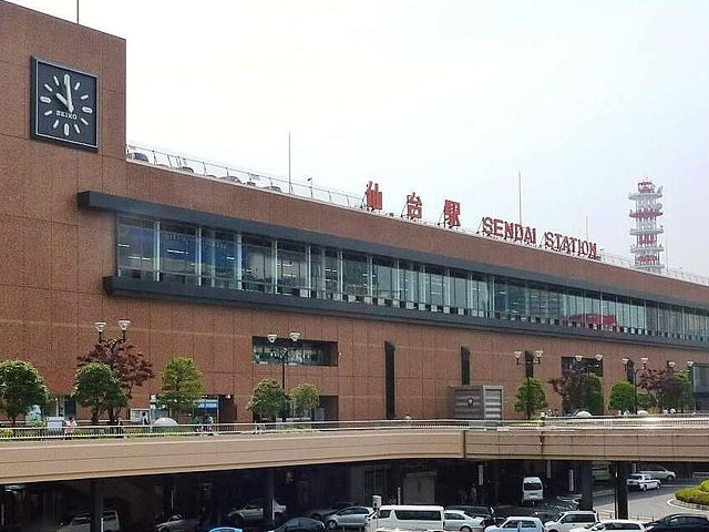 東北地方最大の都市・仙台市の代表駅である仙台駅は、市内各所を結ぶ地下鉄や東北新幹線、在来線などが乗り入れ、東北地方最大のターミナル駅となっています。「ショッピング、食事、ホテル等の施設も充実し、文化の発信基地としての役割も担う駅」として東北の駅百選に選定されました。旅客収入額がJR東日本では東京駅、新宿駅に次いで3番目に多いことも特徴です。そして仙台駅は駅弁の種類が日本で最も多い駅として有名です。観光客による需要が多いことや、山海の食材が豊富に揃うことから駅弁の種類が増えていきました。 駅構内には仙台名物牛たんの専門店が並ぶ「牛たん通り」や、全国的に有名な漁場を抱える宮城県ならではの有名店が軒を並べる「すし通り」、そしてお土産や食べ歩きにずんだを楽しめる専門店が並ぶ新名所「ずんだ小径」の3つがあり、宮城ならではの味覚を仙台駅で堪能できます。またお土産も充実しており、エキナカにある「おみやげ処せんだい」では地元を代表するおみやげ品の数々が揃っています。 仙台駅構内のエスパル仙台東館1階でレンタカーが借りられるので、杜の都と言われる仙台の並木道が美しい緑豊かな街並を眺めながら、日本三景に選ばれた松島までのドライブなどがオススメです。