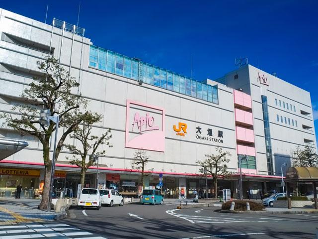 大垣駅は、岐阜県岐阜県第2の都市である大垣市にあるJR東海の駅です。昭和31年に開通した歴史ある鉄道は、全長34.5km、19の駅からなります。ファンに愛されるレトロな雰囲気のローカル線です。大垣駅は、樽見線や養老鉄道の養老線の始発駅でもあるため、多くの観光客が立ち寄るターミナル駅となっています。 駅北口には、ショッピングセンター「アクアウォーク 大垣」 があります。クリニックからファッション、カルチャーセンターなどの施設が充実。 駅から約7分の場所にある大垣商店街には、岐阜県の特産である柿羊羹や、大垣名物の水まんじゅうなど老舗の和菓子店が点在します。大垣は、地下水が豊富なことで知られ、別名「水の都」とも言われています。また、大垣商店街は第一日曜日に「元気ハツラツ市」を開催。ステージイベントやさまざまな催しが月替わり行われ盛り上がりをみせます。 大垣駅近辺には関ケ原の戦いで石田三成の本拠地になった「大垣城」があります。2017年には、続日本100名城の144番に選定されました。 豊富な地下水が湧き出る水の都として知られている大垣は、風情のある景観が楽しめる水門川や住吉灯台など、落ち着いた観光地が広がっています。松尾芭蕉の「奥の細道」の旅の最終地点だったこともあり、芭蕉に関する資料が集められた「奥の細道むすびの地記念館」もあります。 樽見鉄道や養老鉄道周辺の観光スポットに車でもアクセスしやすいので、ドライブの拠点としても便利です。