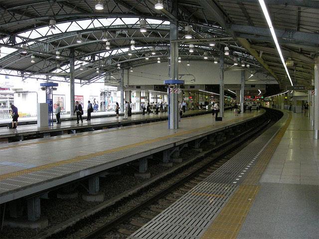"""新宿、渋谷とともに山の手エリア3大副都心に数えられる豊島区池袋の中心駅・JR池袋駅は、JR、東武鉄道、西武鉄道、東京メトロの各線が乗り入れるビッグターミナルです。都内を走る主な路線が集まり、東京駅や新宿駅へ約10~15分と好アクセス。1日約260万人以上が利用しており、埼玉南西部や都内西部の玄関口としても機能しています。 駅周辺は、国内きっての繁華街です。駅前には東武百貨店やパルコなどショッピングスポットが集結。映画館などエンタメスポットが充実する東口周辺は、秋葉原に次ぐ""""サブカルの街""""としても知られています。西口周辺には、東京芸術劇場を擁する池袋西口公園が広がり、北口周辺は居酒屋や中華料理店など飲食店がひしめきます。 駅東口から徒歩約8分。サンシャイン60通りの先にそびえるサンシャインシティは、アミューズメントや専門店街、ホテル、文化施設などを有する複合施設。VRアトラクションを体験でき、東京タワーをしのぐ高さから周囲を見渡せる展望台・SKY CIRCUS(スカイサーカス)をはじめ、サンシャイン水族館、プラネタリウム、ナンジャタウンなど遊べるスポットがいっぱいです! 駅周辺には春日通り(国道254)などの道路や首都高速が走り、遠方へも好アクセスです。横浜方面へのアクセスは、駅西の首都高速中央環状線西池袋ICを利用しましょう。"""