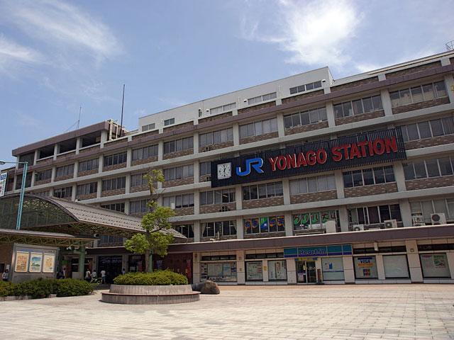 鳥取県西部の商都・米子市にある米子駅は、鳥取県と島根県を結ぶJR山陰本線、境港行きのJR境線が乗り入れる、利便性のよい駅です。JR伯備線経由で山陽方面へ通じており、岡山駅から「特急やくも」でスムーズにアクセスできます。駅構内には、大山そばや梨ソフトが味わえる飲食店、大山おこわや鯖寿司など山陰の駅弁を扱った販売店があり、鳥取県西部のグルメが楽しめます。米子駅は山陰で初めて鉄道が開通した駅でもあり、駅前の広場には記念碑が建っています。今にも空へ旅立ちそうな蒸気機関車のモニュメントが印象的です。  米子市の市街地は米子駅の西側に発展しており、駅前にはショッピングセンターや米子コンベンションセンター、車で約5分のエリアには米子市文化ホール、米子市美術館などの大きな施設が集まっています。  また米子市は、幹線道路が発達して複数の国道と県道が縦横しているため、車でのお出かけもスムーズ。日本海に面した「皆生(かいけ)温泉」には市内を経由して車で約20分、中国地方の最高峰「国立公園大山」には山陰自動車道を経由して約30分でアクセスできます。国立公園大山は、登山、紅葉狩り、スキーと一年を通してアウトドアが楽しめる県西部の代表的な観光スポット。道中は、緑豊かな自然の中で爽快なドライブも楽しめます。また、大山は見る角度によって富士山に似ているため、伯耆(ほうき)富士とも呼ばれています。晴天の日には、車窓から美しい伯耆富士が見られるでしょう。  米子駅は、県東部にある鳥取市から車で約2時間、米子空港からは車で約25分でアクセスできます。