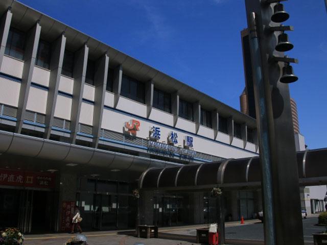 """自動車や楽器などの生産が盛んな""""ものづくりの街""""として知られる静岡県浜松市。その中心にある浜松駅は、JR東海道新幹線と東海道本線が乗り入れ、浜松市街地を縦断する遠州鉄道・新浜松駅と、徒歩約5分で接続するジャンクション駅として活躍しています。 駅の周りには、駅ビルメイワンや遠鉄百貨店、ホテルや飲食店が集結し、観光拠点にも便利です。徒歩約10分圏内には、世界の楽器約1,300点を展示する浜松市楽器博物館や、ハーモニカをイメージして作られた外観がユニークな商業施設「浜松アクトタワー」など、浜松市ならではの観光スポットも充実しています。 戦国時代には、徳川家康の居城「浜松城」の城下町として、また、東海道の宿場町として栄えた浜松市内には、歴史的観光スポットも盛りだくさん! 浜松城天守を復元した「浜松城跡」へは、浜松駅から車を利用して約7分。NHK大河ドラマでおなじみ、「井伊直虎」ゆかりの龍潭寺(りょうたんじ)へは、愛知県豊田市へ延びる国道257号線(通称:姫街道)を経由して約45分で到着します。 名物「浜松ウナギ」や、円形に焼いた餃子の真ん中に、さっとゆでたもやしを添えた""""浜松餃子""""は、駅ビルまたは、市内にある居酒屋やレストランで味わえます。""""うなぎ養殖の発祥地""""として知られ、湖上遊覧を楽しめる浜名湖へは約40分で到着します。"""