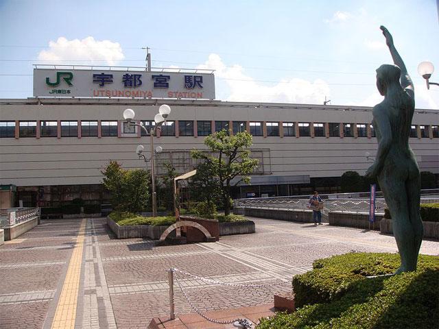 """東京上野駅から新幹線で約50分。北関東最大の都市・栃木県宇都宮市の中心にあるJR宇都宮駅は、東京岩手間を走る東北本線、日光東照宮など有名観光スポットをつなぐ日光線、東北・山形・秋田新幹線が乗り入れるアクセス拠点です。 「ギョーザのまち」として有名な宇都宮市。白菜をメインに味付け肉でさっぱりと仕上げた宇都宮餃子は名物グルメです。県内33店舗の宇都宮餃子が一堂に会する「来らっせ」や、12種類の餃子を揃えた「宇都宮餃子館」など、駅周辺だけでも豊富な種類の餃子を楽しむことができます。 駅西口から伸びる""""大通り""""周辺には、宇都宮PARCOなどの商業施設や、宇都宮の始祖「豊城入彦命(とよきいりひこのみこと)」を祀る宇都宮二荒山神社、宇都宮藩の拠点として活躍した宇都宮城址公園などの観光スポットもいっぱいです。宇都宮駅から車で約8分、大通りと平行に延びる県内最大の商店街「オリオン通り」は、カフェやレストラン、おしゃれなバーが建ち並び、宇都宮グルメを楽しめるおススメスポット。中心にあるオリオンスクエアでは、毎週末に多彩なイベントが実施されています。公式サイトにて随時イベント情報を更新しているので、お出かけ前にぜひチェックしてみましょう。"""