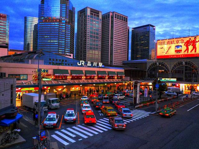 品川駅は東京都港区高輪に位置するターミナル駅です。JR東日本の在来線、東海道新幹線や京浜急行電鉄本線など計6本の路線が乗り入れ、1日100万人以上が利用しています。 羽田空港や東京を代表する観光地へのアクセスが便利で、東京屈指のビジネスタウンでもあることから、観光や出張で多くの人々が訪れます。ホテルも多く、滞在拠点として選ばれることも多いエリアです。駅ビルのアトレ品川やecute品川では、さまざまなコンセプトの飲食店やショップのほか、東京土産も豊富に取り扱っています。 高輪口(西口)から徒歩約2分の品川プリンスホテルは、宿泊施設やレストランだけでなく、映画やボーリングなども楽しめる人気ホテル。併設のマクセル アクアパーク品川は、音楽や最新技術などによる演出が特徴の水族館です。2階で開催されるイルカショーは、カラフルな照明や水のカーテンなどの演出が美しい人気イベント。無料で観覧でき、季節ごと、昼と夜で異なるプログラムを楽しめます。 周辺に首都高速の中央環状線・2号目黒線・都心環状線・湾岸線が通り、車でのアクセスがしやすい品川駅。五反田IC・目黒IC・芝公園IC・大井ICから約10~20分です。駅の地下には有料駐車場も整備されています。