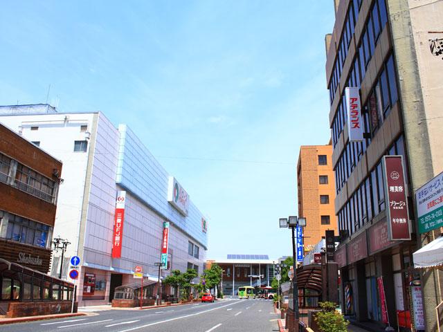 多治見駅のある岐阜県多治見市は、美濃焼で知られ、また、夏の最高気温が記録される日本一暑い町としても有名です。JR中央本線の駅である当駅には高山線につながる太多線が接続しています。名古屋市まで中央本線で約30分と近いことから1980年代には宅地化が進み、名古屋市のベッドタウンとしての側面も持ち合わせた町でもあります。 やきものの町として栄えてきた多治見市には窯元や卸商、直売施設などが数多くあり、陶芸の専門学校が2校あるなど古くからのやきもの文化が現代にも受け継がれています。これらの陶磁器にまつわる店舗や施設が多治見市の観光の目玉となっていて、「美濃焼ミュージアム」、「セラミックパークmino」など美濃焼の展示施設ではさまざまな特徴を持つ陶磁器の世界を堪能することができます。 オリベストリートと名付けられた、窯元が立ち並ぶ通りや、かつて陶磁器問屋街に新しい陶磁器のショップやギャラリーが出店している通りなどが複数あり観光客で賑わいます。オリベストリートでは窯焼きの職人の姿を直に見ることができるほか、普段遣いの器から工芸品として価値のあるものまでやきものショッピングも楽しめます。陶芸体験をしてみるのもおすすめです。予約の上、陶芸体験をさせてくれる工房や作陶施設がいくつかあるので自分のお気に入りの作品を作ってみるのも多治見ならではの観光スポットです。 展示施設や見学可能な窯元は多治見駅から数kmほど離れた山間部にあるため、車で周ってみるのがおすすめです。