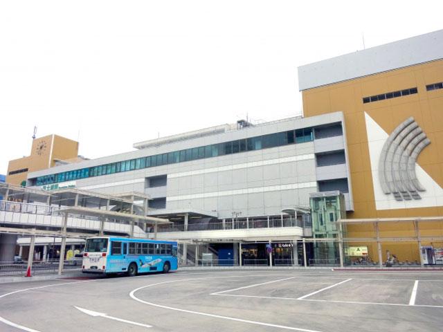 JR常磐線の土浦駅は、茨城県南部にある土浦市の駅です。常磐線に直通する上野東京ラインの電車も乗り入れ、特別快速や特急ときわが全列車停車するほか、特急ひたちも一部停車します。東京駅からJR常磐線特急に乗れば最短約50分。水戸駅から快速電車で約45分です。 駅の西口(亀城公園口)直結の駅ビルは、2018年に「PLAYatré(プレイアトレ)土浦」としてリニューアルオープンしました。サイクルショップを中心としたユニークな駅ビルで、カフェやレストラン、フードマーケットも順次開設が予定されています。お買い物に便利なイオンモール土浦は、駅西口から車で約10分です。 駅東口(霞ヶ浦口)のすぐ正面には、国内第2位の湖面積をもつ霞ケ浦が広がっています。駅周辺の土浦港や桜川、新川は、ブラックバスやワカサギの釣りポイントとしても人気です。駅東口のロータリー左手には、例年10月に開催される土浦全国花火競技大会で会場となる桜川の学園大橋へ続く「土浦ニューウェイ」の入口があります。花火大会当日は一般車両が通行止めとなるためご注意ください。 常磐道の桜土浦ICと土浦北ICは、駅から車でそれぞれ約15分。つくば市街地方面は、県道24号線を経由して約20分で到着します。