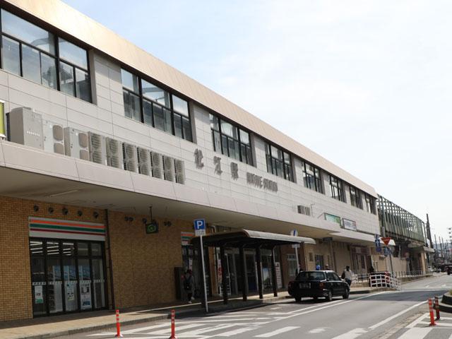 松江駅は県庁所在地・松江市にあり、島根県の中心となる駅です。松江市内の様々な観光スポットをはじめ、出雲大社にもアクセスできる場所です。  駅構内には、島根名物の出雲そばを食べられるお店があります。出雲大社に行くまで我慢できない方は、駅でそばを堪能するといいでしょう。そばの実を挽くところから手作りで、その日の分だけを毎朝手打ちし、熟成つゆも無添加というこだわりようです。その他にも地サバすきやき銀の鯖丼、松江堀川遊覧おべんとうなど、こだわりの駅弁も販売されています。  「松江駅」の隣には、松江市唯一の百貨店である「一畑百貨店」があります。グルメ・ファッション・カルチャーなど、地元のライフスタイルに欠かせない大型商業施設です。観光スポットに出かける前に立ち寄って地元民の生活に触れてみるのもおすすめ。  松江駅から気軽に行ける観光スポットはいくつもあり、松江城、小泉八雲旧居・小泉八雲記念館、島根県立美術館などは車で10分ほどです。松江城の風格ある佇まいを見たり、島根県立美術館で水をモチーフにした絵画の鑑賞を楽しんだりしてみてはいかがでしょうか。県立美術館は宍道湖に隣接しているので、日没前に訪れて夕暮れの綺麗な風景を堪能するのもおすすめ。  松江駅から出雲大社へは、車を利用すると片道1時間ほどかかりますが、近隣の県からでも十分日帰りができる距離にあります。  駅周辺でレンタカーを借りたら、城下町の風情や宍道湖の風景を楽しみながらドライブしてみましょう。