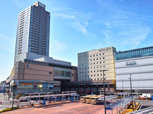 神奈川県横浜市の最東端に位置する鶴見区は、東京湾沿いに連なる日本3大工業地帯のひとつ「京浜工業地帯」の一角を担う工業都市です。その中心にある鶴見駅は、東京から神奈川を経由して、埼玉を結ぶJR京浜東北線の停車駅。横浜駅から約10分、品川駅から約20分と好アクセスです。海岸沿いを横須賀市まで延びる京急本線の鶴見駅も、駅東口から徒歩約5分で到着します。 駅の周りには、お買い物に便利な商業施設・CIAL鶴見や曹洞宗の大本山のひとつ・總持寺(そうじじ)などお出かけスポットが充実しています。駅の北側を流れる鶴見川の佃野公園は、夏の鶴見川サマーフェスティバルや花火大会の開催地です。駅東側には、戦後、沖縄や南米をルーツに持つ人々が移り住み、独特の異文化が根付いた人気のエリア、通称「沖縄・南米タウン」が広がっています。 横浜ベイブリッジを中心に、港町ヨコハマの夜景を楽しむドライブは、横浜港の対岸に位置する大黒プロムナードがおススメです。鶴見川の河口にある末広水際線プロムナードや、鶴見線海芝浦駅に併設された海芝公園からは、世界最大級の一面釣り斜張橋「鶴見つばさ橋」も一望できます。 東京・横浜方面へのアクセスには、駅から約10分圏内の国道1号線(第二京浜道路)または、国道15号線(第一京浜道路)が便利です。高速道路をご利用の場合は、首都高速神奈川1号横羽線・汐入出入口または、生麦出入口をご利用ください。