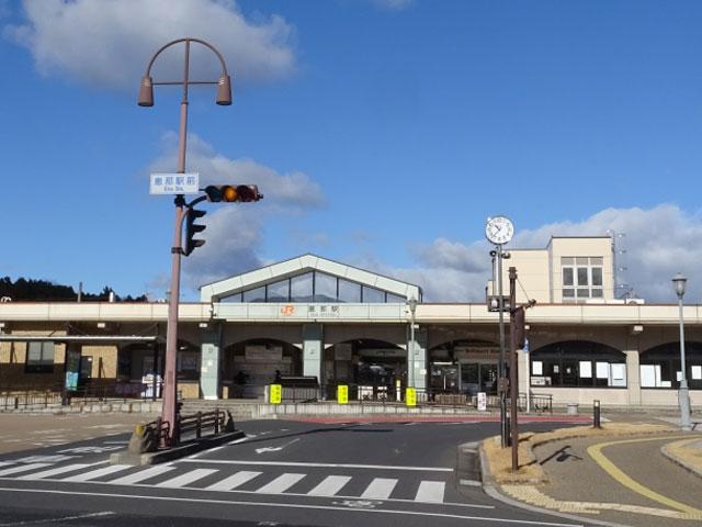 恵那駅(えなえき)は、岐阜県恵那市にあります。JR東海の中央本線と明知鉄道の明知線が乗り入れています。明知線は恵那駅が始発となっています。 恵那駅には、「えなてらす」という恵那市観光物産館が明知鉄道に隣接してあります。ここでは、イベントや観光情報のほか、恵那市13個の町の特産品や地元企業の商品が購入できます。 国道257号線経由で恵那駅から車で約25分で到着するのは、2018年4月からNHK連続テレビ小説「半分、青い。」のロケ地となった「江戸城下町の館 勝川家」です。この建物は江戸後期に建てられたもので、木造2階建て2軒の建物となっています。入場は無料で、室内に茶室や使用人部屋などがあり、当時の暮らしぶりがうかがえます。 ダムによってできた恵那峡県立自然公園内に湖ある所が「恵那峡」です。県道401号線経由で行くと車で約13分で着きます。恵那峡には、奇岩と呼ばれる傘岩があり、これは天然記念物に指定されています。雨水の浸水や風化から形成され、最も広いところは直径3.3mに対して、狭い場所は数十cmとなっていて傘の形に似ています。ほかにも屏風岩、軍艦岩、獅子岩などがあり、見物するジェット船が周航しています。 恵那駅から近い車で約5分のところに「恵那 銀の森」があります。食事やショッピングが楽しめて、まわりが自然に囲まれていてのんびり過ごすことができます。テラス席では、売店で売っているものをペットと一緒に食べることができるので、ペット連れにおすすめです。