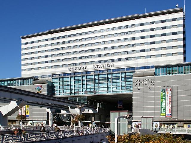 福岡県北九州市の中心駅、JR小倉駅。新大阪から博多を結ぶ山陽新幹線に加え、九州新幹線も2011年に全線が開業。九州各地を結ぶ在来線の日豊本線・鹿児島本線・日田彦山線が乗り入れ、北九州モノレールにも乗り換え可能な北九州のターミナル駅です。 小倉駅周辺は、福岡有数の商業都市として発展しています。2017年に完成した小倉駅直結の駅ビル「KDビル」をはじめ、北九州市の中心商店街「魚町銀天街」、サブカルチャーを発信する「あるあるCity」などショッピングスポットが充実。小倉城口(南口)から車で南に約7分、約120の店舗が軒を連ねる北九州の台所・旦過市場は、郷土料理のじんだ煮や大學丼などB級グルメを味わえるグルメスポットです。 小笠原家の居城「小倉城」や、北九州市出身の作家・松本清張にまつわる資料が展示される「松本清張記念館」、同じく北九州市出身で銀河鉄道999の作家・松本零士が名誉館長を務める「北九州市漫画ミュージアム」など、観光スポットも豊富な小倉駅周辺。国道3・10・199号線、北九州都市高速道路も近く、周辺エリアへのアクセスも良好です。福岡空港は福岡都市高速環状線と北九州都市高速道路4号線を経由して、車でおよそ1時間10分でアクセスできます。