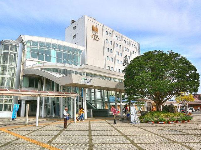 八戸駅は青森県八戸市にある、東日本旅客鉄道(JR東日本)及び青い森鉄道の駅で、青森県内の駅では青森駅、弘前駅に次いで第3位の乗車人数をもつ駅です。なお、日本最東端の新幹線駅であり、北海道新幹線の終点予定駅である札幌駅よりも東に位置しています。八戸駅は八戸市中心市街地から西に約5kmほど離れており、八戸市中心部へは路線バスが10分感覚で運行されています。また、路線バスの他に高速バスの発着も行われています。駅構内には駅レンタカーがあり、付近にも複数のレンタカー事務所があります。八戸で観光をする予定の場合には、八戸駅周辺でレンタカーを借りることもできます。 東口には駅ビルである「うみねこプラザ」があり、ホテルメッツ八戸・八戸市役所八戸駅市民サービスセンター・八戸市図書情報センター、および多数の飲食店が入っています。また、「ユートリー」と呼ばれている八戸地域地場産業振興センターには、青森県内の様々なお土産が揃えられています。 八戸駅から2kmほどの位置には、人気の観光スポットである「櫛引八幡宮」があります。本殿など5棟の社殿が重要文化財に指定されており、国宝や重要文化財に指定されている貴重な甲冑なども境内国宝館において一般公開されています。