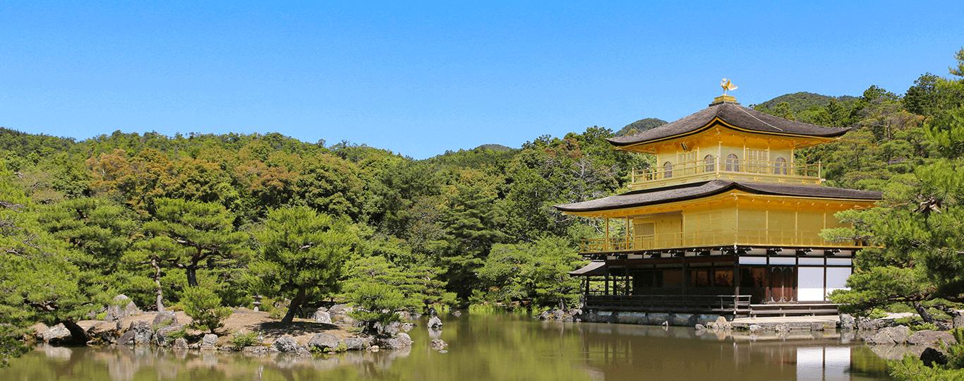 京都府は、本州・中西部の近畿地方北部に広がる地域です。歴史上、数度にわたり都が置かれ、784年(延暦3年)に建てられた長岡京、794年(延暦13年)に遷都された平安京は有名です。さらに、1338年(暦応元年)には、将軍・足利尊氏によって京都市内に室町幕府が開かれ、政治・軍事の拠点としての役割も担いました。一方、1467年(応仁元年)、政権を担う後継者争いに端を発した応仁の乱で、京都全体が焼き尽くされるなど、試練の時代も経験しています。 京都府の総面積は約4,613.12km2で、その広さは47都道府県のうち31番目。南北にのびる細長い形状が特徴的です。中央には丹波山地が広がり、それより北側は日本海気候で、南側は内陸性気候に変わります。北端にある舞鶴市や京丹後市、宮津市は日本海に面し、「天橋立」など自然豊かな景勝地がある地域としても有名です。一方、南端は奈良県および大阪府に隣接。さらに、東側は滋賀県と三重県、西側は兵庫県に接しています。京都府は、国内のほぼ中央に位置するため、東名阪自動車道など高速道路を利用した車でのアクセスにも恵まれた地域です。 京都府内には、京都市を中心に世界遺産に指定された寺社仏閣や史跡が充実しているのも魅力です。代表的なものとして、京都市にある「二条城」や「鹿苑寺(金閣寺)」などが挙げられます。また、宇治市まで足を延ばすと、10円硬貨でお馴染みの「平等院」があります。境内にある茶房で名物の宇治茶を味わうのもおすすめです。