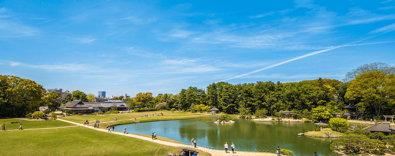 岡山県は晴れの国と呼ばれるほど雨が少なく快晴の日が多い県で、旅行や観光をするのに適している土地です。美しい自然や景観を楽しめる名所が多く、写真映えするスポットも多数あります。 県庁所在地である岡山市は「岡山城」の城下町として栄えました。「岡山城」はその黒い見た目から烏城(うじょう)とも呼ばれ、最上階から市街地を眺めたり、天守閣の「備前焼工房」で土ひねり体験をしたりできます。「岡山城」から徒歩5分の場所には、日本三名園のひとつに数えられている「岡山後楽園」があります。岡山藩主の池田綱政によって作られた回遊式庭園で、四季の花々や趣のある建物が見られます。 岡山県は昔話の桃太郎が生まれた地としても有名です。桃太郎のモデルといわれているのが岡山に伝わる伝説、吉備津彦命(きびつひこのみこと)の温羅(うら)退治で、岡山市内の「吉備津神社」には吉備津彦命がまつられています。 岡山市から車で約30分の倉敷市は、江戸時代に幕府直轄地として栄えた街です。中心部の倉敷川は物資を積んだ川舟が往来し、その周辺には商人の家や蔵が建ち並びました。この地区は現在「倉敷美観地区」と呼ばれる観光名所となっており、白壁の蔵屋敷やなまこ壁が特徴的な風情ある街並みを楽しめます。「倉敷美観地区」内にある「大原美術館」では、クロード・モネ作の「睡蓮」などの名画を見ることができます。 小さなお子様のいるファミリーには玉野市にある「おもちゃ王国」もおすすめです。年齢に応じたさまざまなキャラクターのおもちゃが取りそろえられているコーナーや、保護者同伴で2歳から乗れるジェットコースター、大観覧車といったアトラクションがあります。