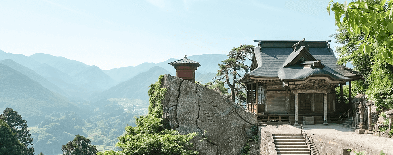 山形県は、さくらんぼの特産地として知られ、その出荷量は国内生産量の7割を占めています。日本百名山に数えられる蔵王を始めとした山々、盆地と平野の間を流れる最上川など、自然に囲まれた美しい土地です。観光エリアは大きく海側の庄内、山側の最上、県庁所在地山形市を含む村山、米沢城下町が代表的な置賜(おきたま)地方の4つにわかれています。 その中で最も有名なのが、村山地方東北最大のリゾートエリアである「蔵王温泉スキー場」。アメリカCNNで「日本の最も美しい場所31選」にも選ばれている国際的な観光地です。メインとなるのはやはりスキー。山形自動車道「山形蔵王IC」から約30分とアクセスが良いうえ、パウダースノーに包まれたゲレンデコースは、夜になると樹氷ライトアップされ幻想的な雰囲気を作り出します。スキーだけでなく景観も楽しめるスポットです。そしてスキーで疲れた体を癒してくれるのが「蔵王温泉」。47の源泉を持つ山形県最大の温泉で、強酸性硫黄泉は胃腸病、皮膚病に加え、「美人の湯」とも呼ばれる女性に人気の湯です。 同じ村山エリアになる寒河江市(さがえし)は、さくらんぼの県最大の生産地であり果物狩りのスポット。さくらんぼだけでなく、もも、ぶどう、いちごと旬の果物狩りが楽しめます。 史跡としては、江戸時代米沢藩を治めたのが上杉謙信ということで、謙信を祭神とする「上杉神社」やゆかりの文化財を展示する「上杉博物館」などの見どころがあります。