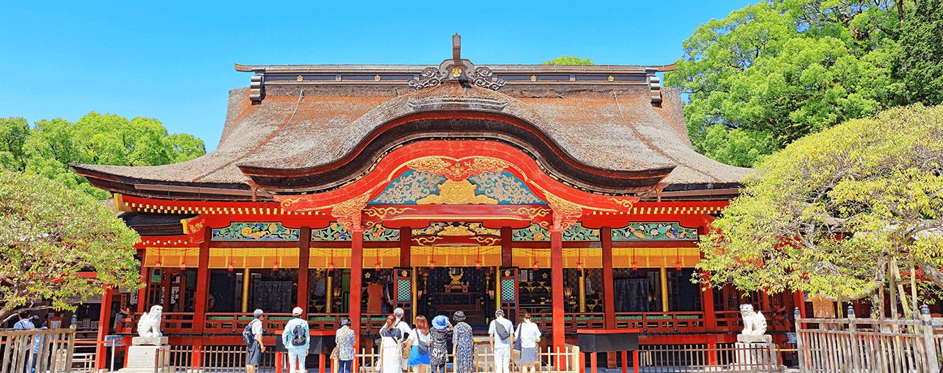 福岡県は九州地方の東北部に位置しており、九州地方の交通の要衝としての役割を担っています。陸の玄関口である博多駅へは大阪から山陽新幹線で約2時間半、空の玄関口である福岡空港へは東京から約2時間のアクセスです。また、関門海峡を挟んで本州に隣接しており、北九州市の門司と山口県下関市の壇ノ浦の間はわずか700mほどしかありません。両者をつなぐ関門トンネルには人道も設置されており、海底を歩いて渡ることができます。関門海峡周辺の観光スポットには、「門司港レトロ」があります。重要文化財の「旧門司三井倶楽部」をはじめとするレトロな建物が点在する大正初期の風情ある雰囲気を味わえるスポットです。 福岡県の県庁所在地は福岡市です。中央区の天神、博多区の中州・祇園などを中心に繁華街が広がっており、福岡名物の屋台もこれらの繁華街を中心に市内各所に存在します。屋台はもともと戦後復興として市民が始めたのがきっかけで、現在では市内で約100店舗が営業しています。博多名物のラーメンや定番のおでんからフレンチやバーに至るまで、さまざまなジャンルの屋台があり、地元の人のみならず観光客にも人気です。 学業祈願で全国に名を馳せる「大宰府天満宮」へは、博多駅から車で30分程でアクセスできます。学問・至誠(しせい)・厄除けの神様として名高い菅原道真を祀る全国の天満宮の総本社で、受験生をはじめとする多くの参拝者で賑わう神社です。梅の名所としても名高く、毎年1月下旬から3月上旬にかけて、境内にある約200種、約6,000本の梅が美しく咲き誇ります。