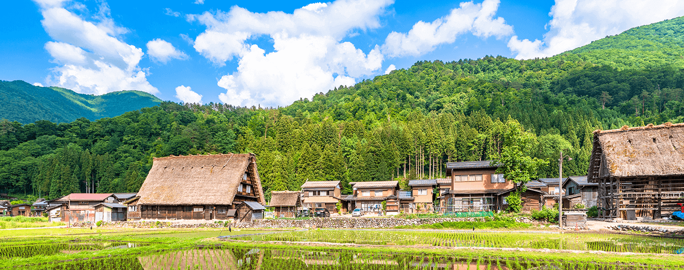 岐阜県は中部地方に位置し、列島のほぼ中央に存在しています。東京から東海道新幹線で約1時間40分、大阪からは約50分で名古屋駅に着きます。名古屋駅からJR東海道本線に乗り、約20分で岐阜に到着します。三大都市に近く、交通アクセスが便利です。また、岐阜県は全国的に見ても県土が広く、森林や河川が豊富にあります。そのため温泉が多く、旅行で訪れるとゆったりくつろぐことができます。環境省の名水百選にも選ばれた長良川のほとりにある「長良川温泉」は、毎年多くの観光客で賑わいます。夜は屋形船で鵜飼が行われ、闇夜に浮かぶ篝火と元気に魚を追いかける鵜は、伝統的で美しい迫力があります。織田信長の居城、岐阜城や岐阜大仏を見て歴史のロマンに思いをはせながら散歩するのも風情があります。車でアクセスする場合は、岐阜駅から国道248号線経由で15分ほどです。 岐阜県といえば有名なのが「白川郷」。合掌造りという日本古来の建築技術を用いた家屋の集落が現存するところです。大野郡白川村の荻町地区には百棟ほど残されており、世界文化遺産として登録されています。合掌造りの建物に宿泊できる宿や温泉もあり、温泉は日帰りでも利用できます。白川郷は日本の原風景として親しまれており、思わず写真に収めたくなるような風景であふれています。名古屋駅から東海北陸自動車道を経由して車で約2時間で到着します。レストランや土産物屋など、様々な店を回りたい方は車で行くことをおすすめします。